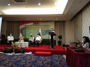 Ketua Umum HKPI Soedeson Tandra (berdiri)  menyampaikan sambutan (Foto: SatukanIndonesia.com)