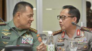 Mantan Panglima TNI Jenderal (Purn) Gatot Nurmantyo dan  Mantan Kapolri Jenderal (Purn) Tito Karnavian  (Foto: ANTARA FOTO/Yudhi Mahatma)