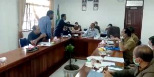 Tangkapan layar penyiraman teh panas ke wajah Ketua DPRD Humbahas.